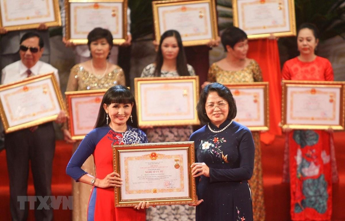 Phó Chủ tịch nước Đặng Thị Ngọc Thịnh trao danh hiệu Nghệ sĩ ưu tú cho các nghệ sỹ ngày 29/8/2019. (Ảnh: Thanh Tùng/TTXVN)