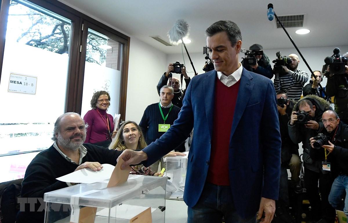 Quyền Thủ tướng Pedro Sanchez bỏ phiếu tại một địa điểm bầu cử ở Pozuelo de Alarcon, ngày 10/11/2019. (Ảnh: AFP/TTXVN)