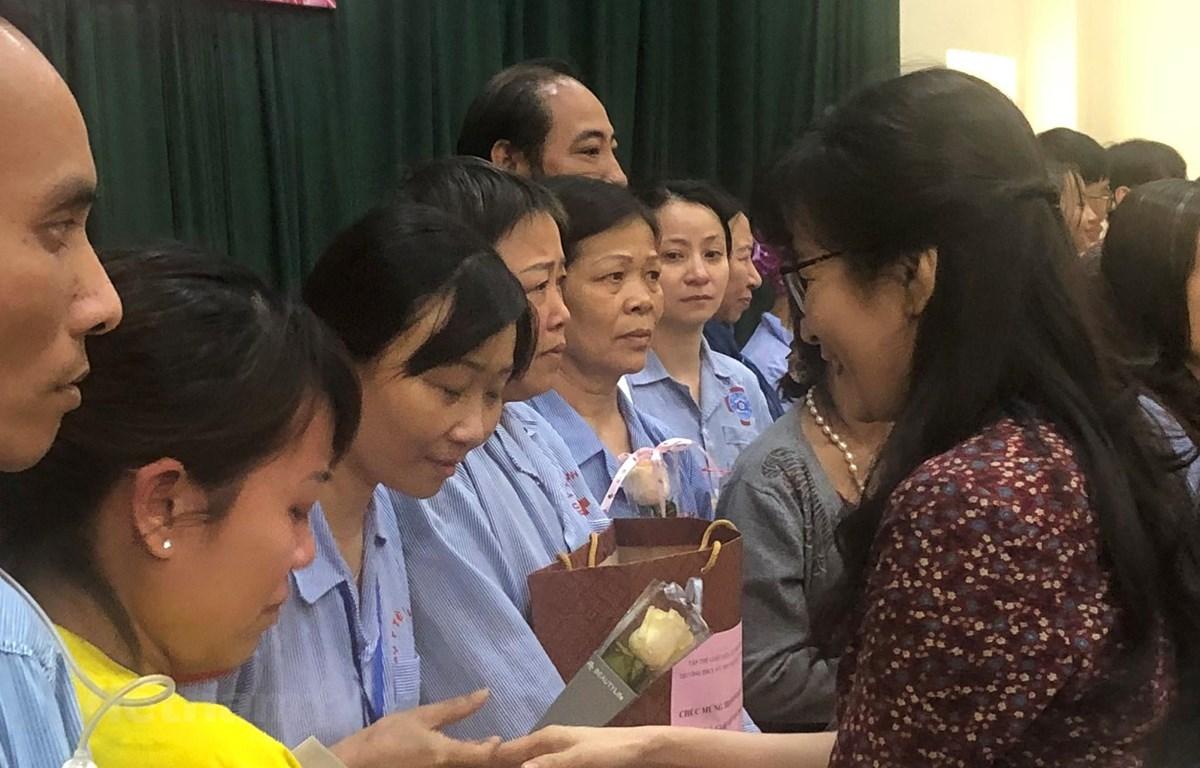 Cô giáo Nguyễn Thị Thu Anh, hiệu trưởng Trường THCS và THPT Nguyễn Tất Thành trao quà cho các đồng nghiệp đang điều trị tại Bệnh viện K Trung ương, cơ sở Tân Triều. (Ảnh: PV/Vietnam+)