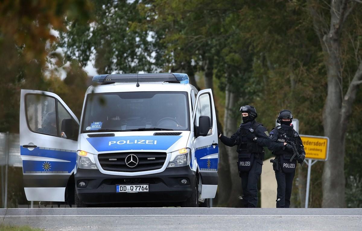 Cảnh sát gác tại khu vực Halle, Đức, ngày 9/10/2019. (Ảnh: AFP/TTXVN)