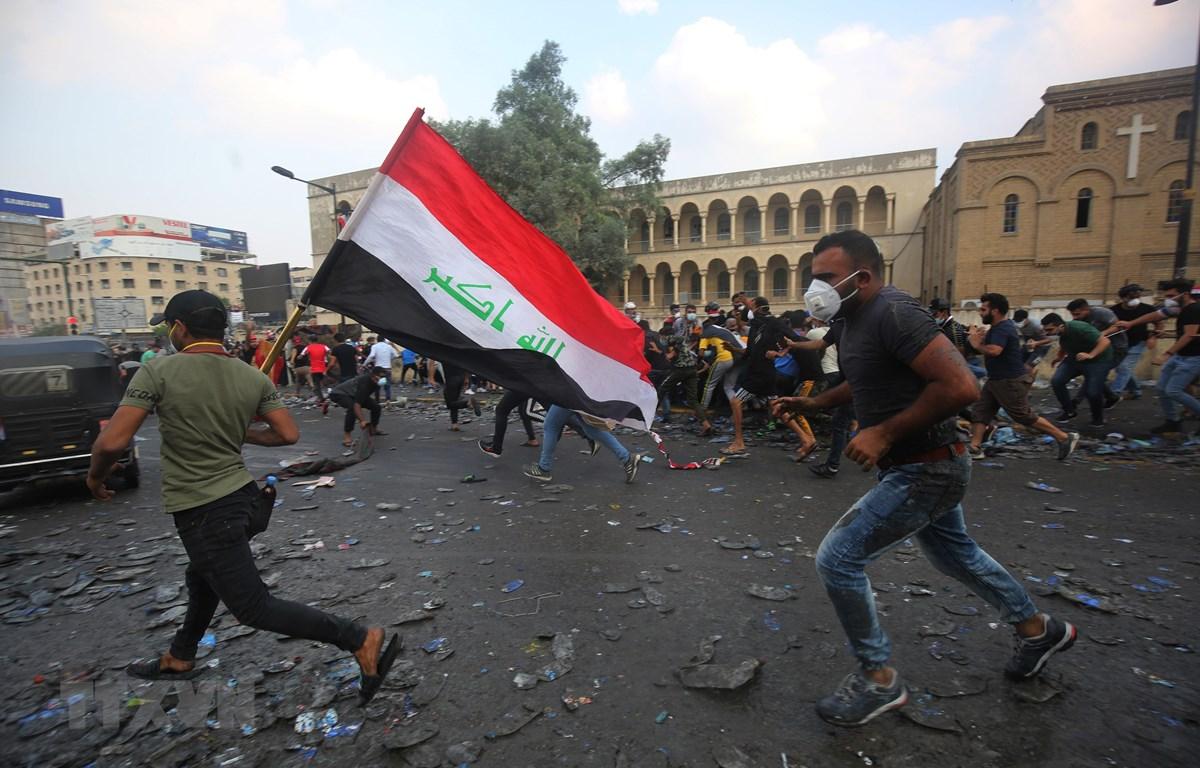 Người biểu tình Iraq tại cây cầu al-Jumhuriya dẫn đến Vùng Xanh, nơi được bảo vệ nghiêm ngặt ở thủ đô Baghdad ngày 28/10/2019. (Ảnh: AFP/TTXVN)
