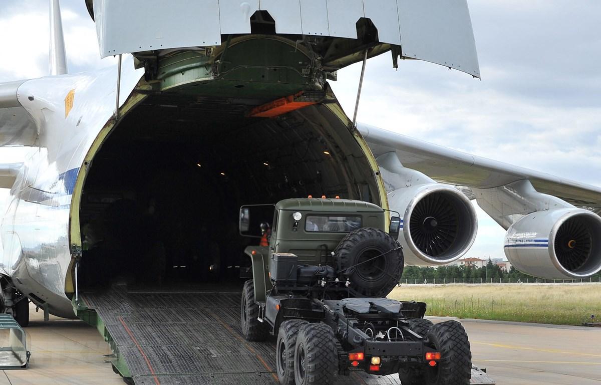 Máy bay vận tải Nga chở các bộ phận của hệ thống phòng không S-400 sau khi hạ cánh xuống căn cứ không quân ở Ankara, Thổ Nhĩ Kỳ ngày 12/7/2019. (Ảnh: AFP/TTXVN)