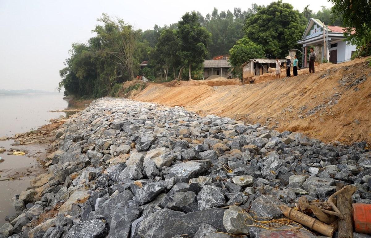 Vị trí kè đá khẩn cấp và con đường của người dân khu 8, xã Xuân Quang vẫn đang bị lún tiếp. (Ảnh: Trung Kiên/TTXVN)