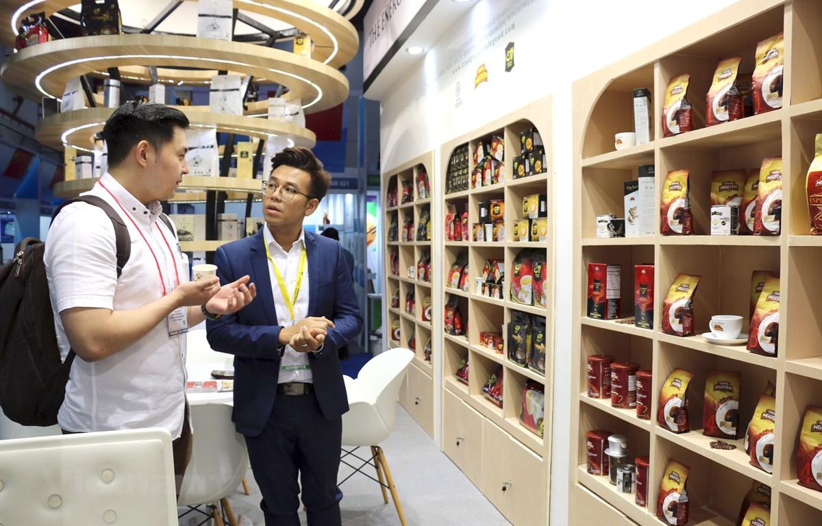 Khách hàng tham quan, tìm hiểu sản phẩm càphê Trung Nguyên tại Hội chợ quốc tế về thực phẩm, đồ uống và công nghệ SIAL InterFood 2019 tại Jakarta. (Ảnh: Hữu Chiến/Vietnam+)