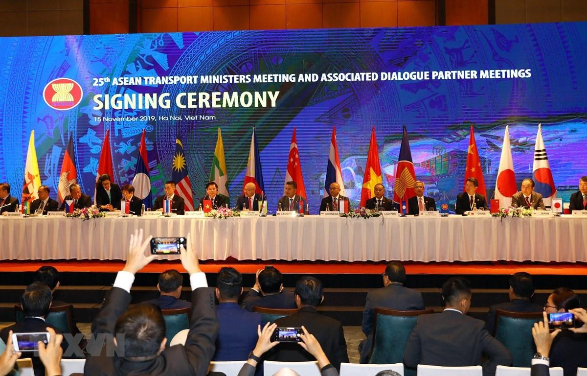 Các Bộ trưởng GTVT ASEAN và các đối tác ký kết hai nghị định thư quan trọng về hàng không giữa các nước ASEAN, và giữa ASEAN với các nước đối tác. (Ảnh: Huy Hùng/TTXVN)