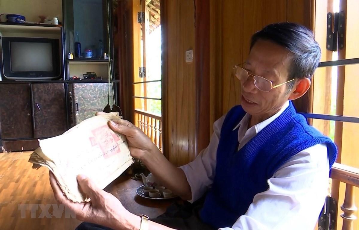Thầy Hà Nam Ninh đã sưu tầm được nhiều sách, tư liệu liên quan đến chữ viết của người Thái. (Ảnh: Hoa Mai/TTXVN)