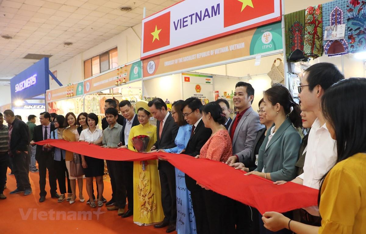 Cắt băng khai trương gian hàng Việt Nam. (Ảnh: Huy Lê/Vietnam+)