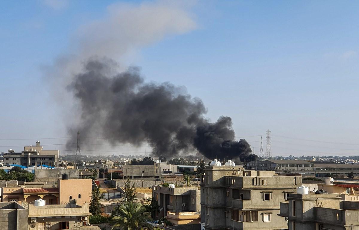 Khói bốc lên sau cuộc không kích do lực lượng Quân đội miền Đông (LNA) tự xưng tiến hành tại Tajoura, Tripoli ngày 29/6/2019. (Ảnh: AFP/TTXVN)