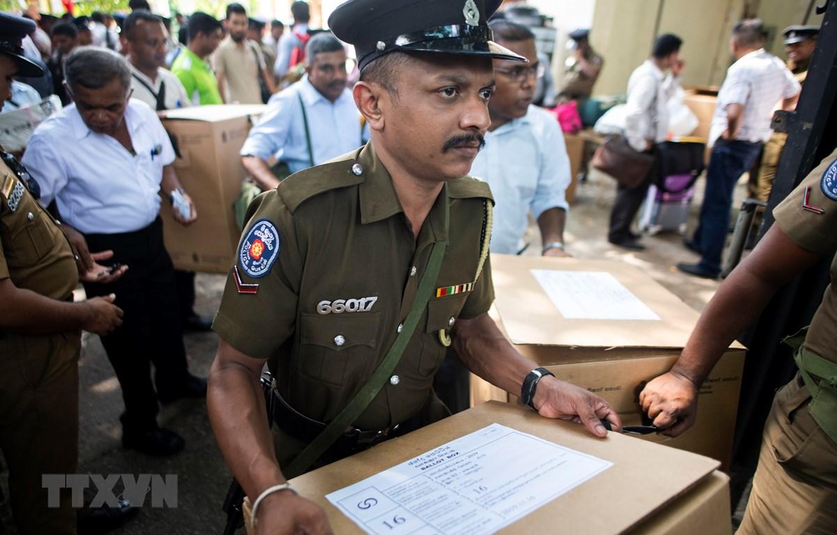 Cảnh sát và các quan chức bầu cử làm nhiệm vụ tại thủ đô Colombo, Sri Lanka ngày 15/11/2019. (Ảnh: AFP/TTXVN)