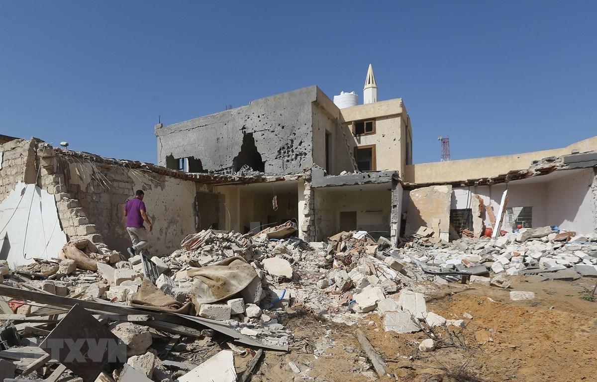 Hiện trường một vụ không kích tại khu vực ngoại ô Tripoli, Libya, ngày 14/10/2019. (Ảnh: AFP/TTXVN)