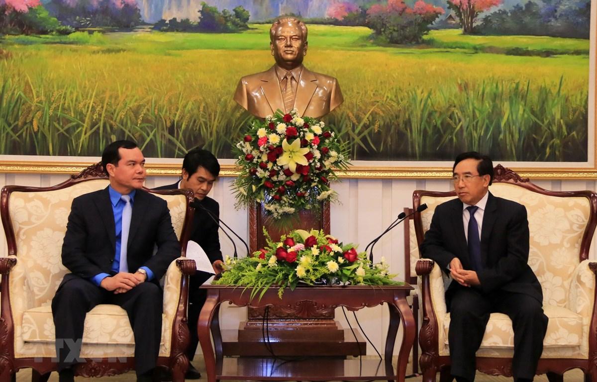 Phó Chủ tịch nước CHDCND Lào Phankham Viphavanh tiếp thân mật Chủ tịch Tổng Liên đoàn Lao động Việt Nam Nguyễn Đình Khang. (Ảnh: Phạm Kiên/TTXVN)