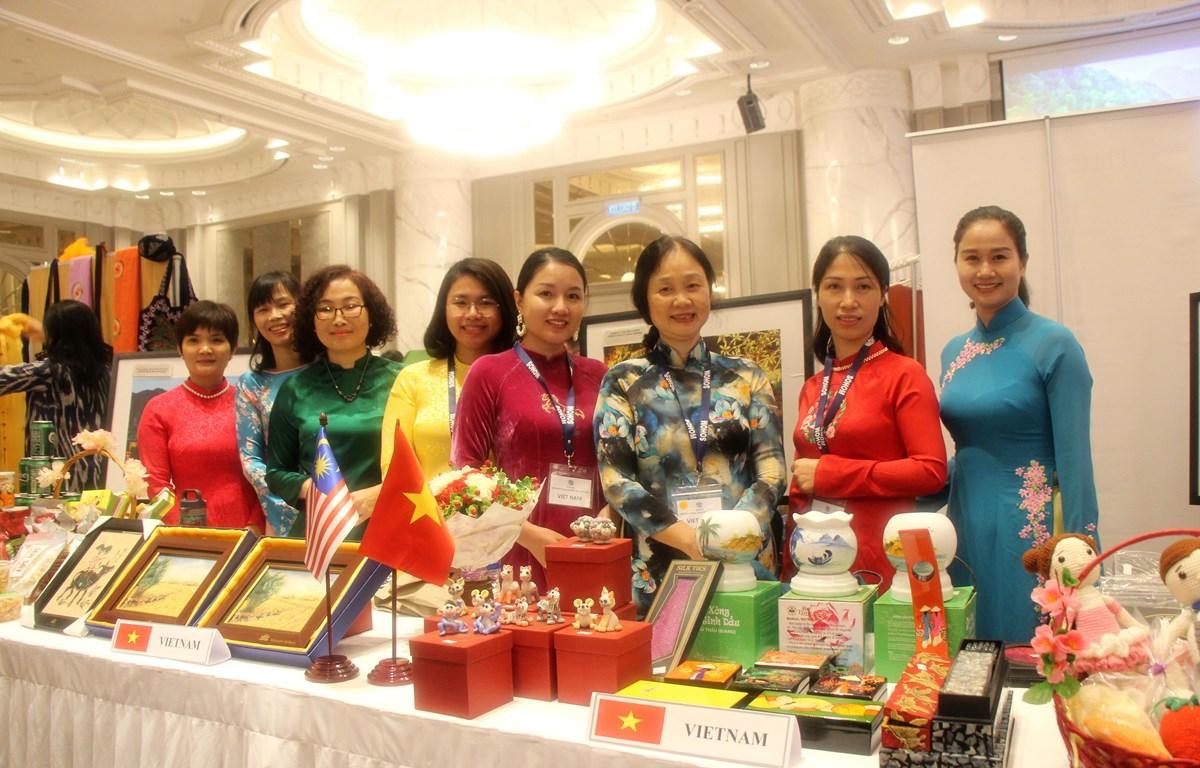 Bà Phạm Thị Hồng Liên (thứ 3 từ phải sang) cùng đoàn Việt Nam tại Hội chợ. (Ảnh: Hoàng Nhương/Vietnam+)