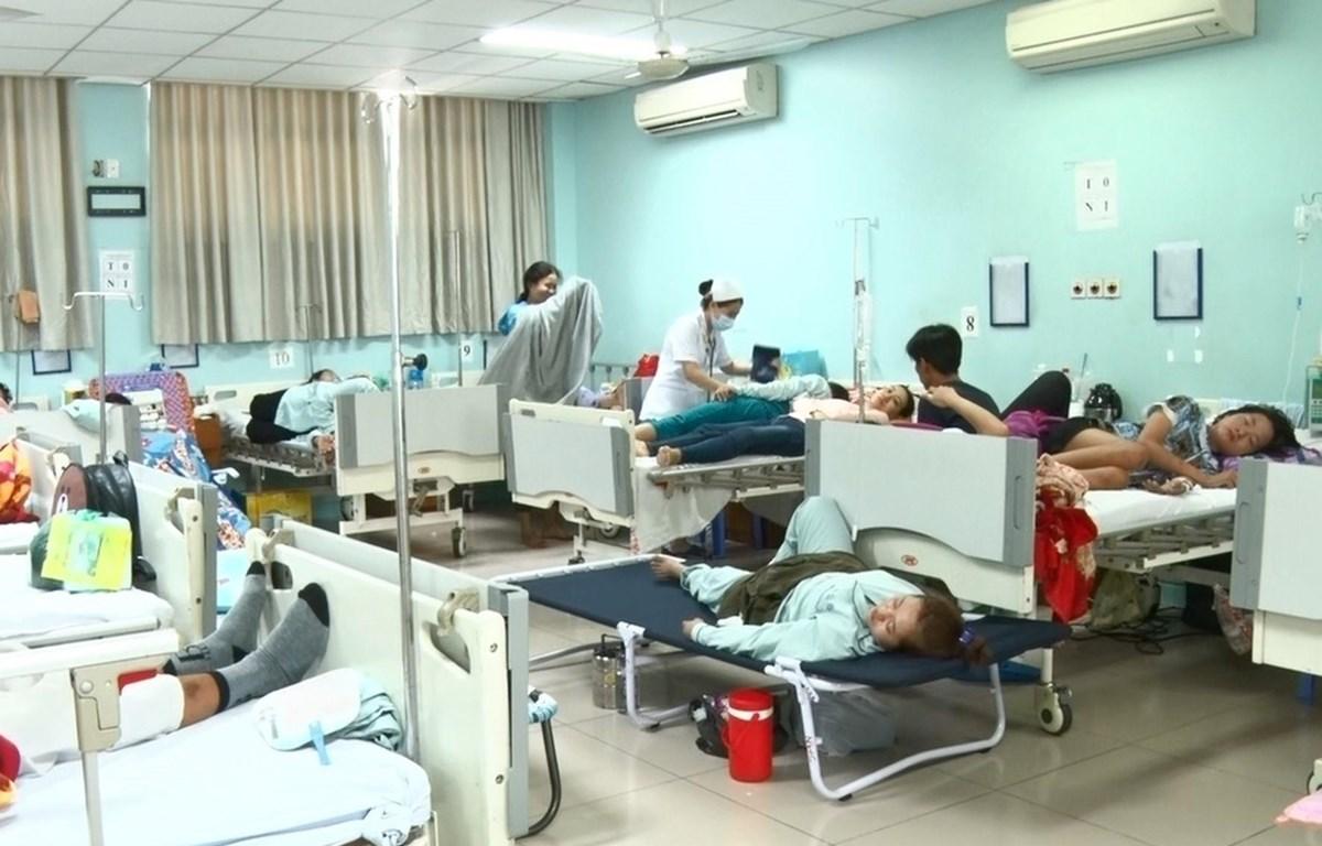 Bệnh viện quá tải các bệnh nhân sốt xuất huyết. (Ảnh: Lê Xuân-TTXVN)