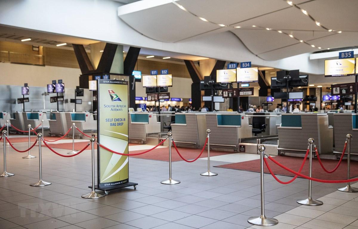 Cảnh vắng vẻ tại khu vực đăng ký của sân bay quốc tế O.R. Tambo ở Johannesburg ngày 15/11/2019, sau khi các nhân viên của hãng hàng không quốc gia Nam Phi South African Airways (SAA) đình công. (Ảnh: AFP/TTXVN)