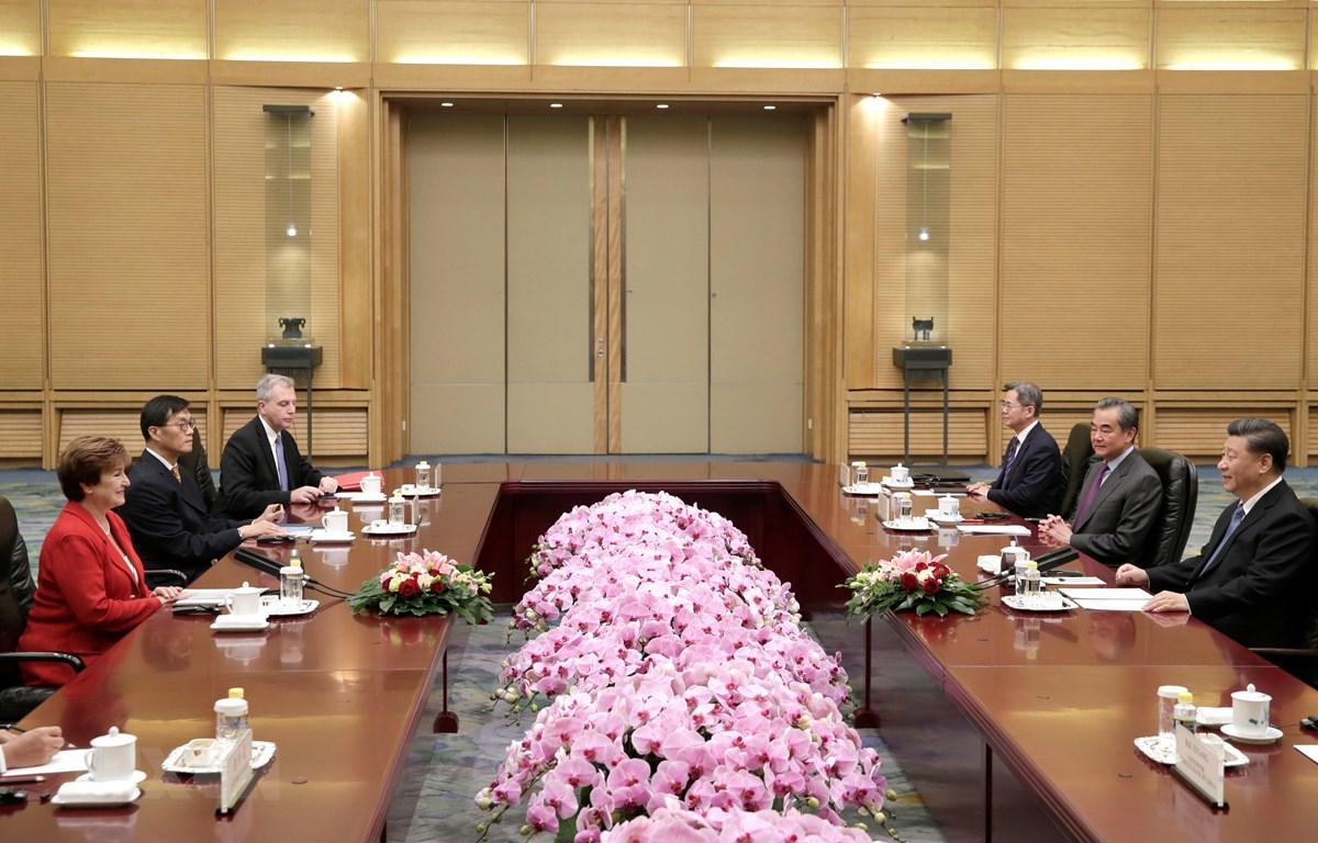 Tổng Giám đốc IMF Kristalina Georgieva (trái) và Chủ tịch Trung Quốc Tập Cận Bình (phải) tại cuộc gặp ở Bắc Kinh ngày 22/11/2019. (Ảnh: AFP/TTXVN)