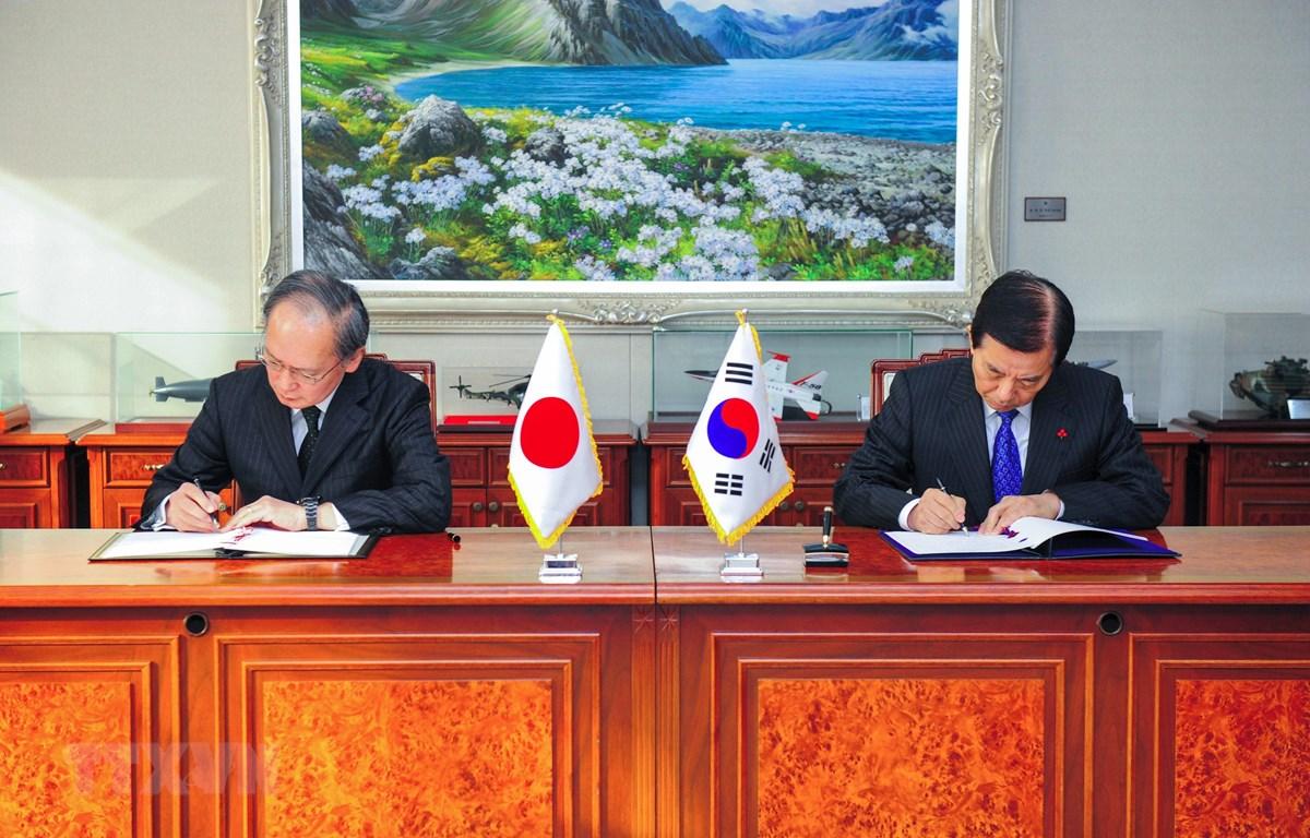 Bộ trưởng Quốc phòng Hàn Quốc Han Min-Koo (phải) và Đại sứ Nhật Bản tại Hàn Quốc Yasumasa Nagamine tại lễ ký Hiệp định bảo mật thông tin quân sự chung (GSOMIA) ở Seoul ngày 23/11/2016. (Ảnh: AFP/TTXVN)