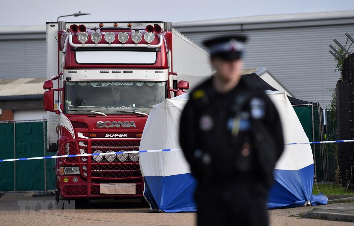 Cảnh sát Anh phong tỏa hiện trường phát hiện 39 thi thể người nhập cư trong xe container tại Grays, Essex, ngày 23/10/2019. (Ảnh: AFP/TTXVN)