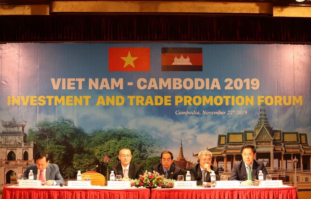 Chủ tọa Diễn đàn xúc tiến đầu tư-thương mại Việt Nam-Campuchia. ((Ảnh: PV/Vietnam+)