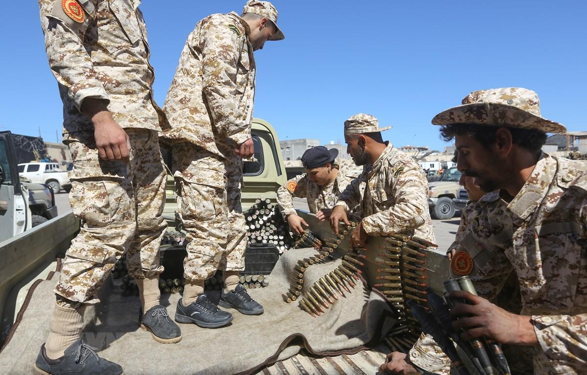 Lực lượng trung thành với Chính phủ Đoàn kết dân tộc Libya (GNA) kiểm tra đạn dược trước cuộc giao tranh với lực lượng tự xưng Quân đội quốc gia Libya (LNA) tại khu vực ngoại ô Tripoli, Libya, ngày 8/4/2019. (Ảnh: AFP/TTXVN)