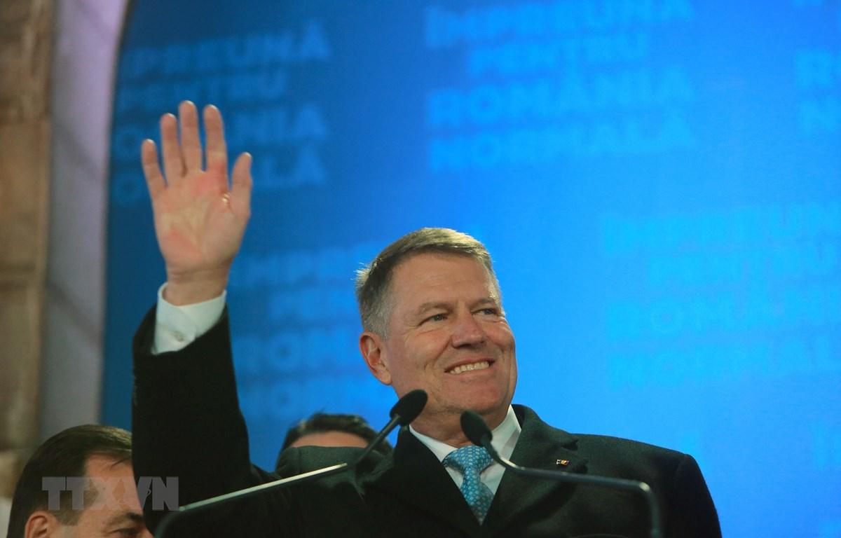 Tổng thống Romania Klaus Iohannis bên những người ủng hộ sau khi kết quả thăm dò cuộc bầu cử Tổng thống được công bố, tại Bucharest ngày 24/11/2019. (Ảnh: THX/TTXVN)