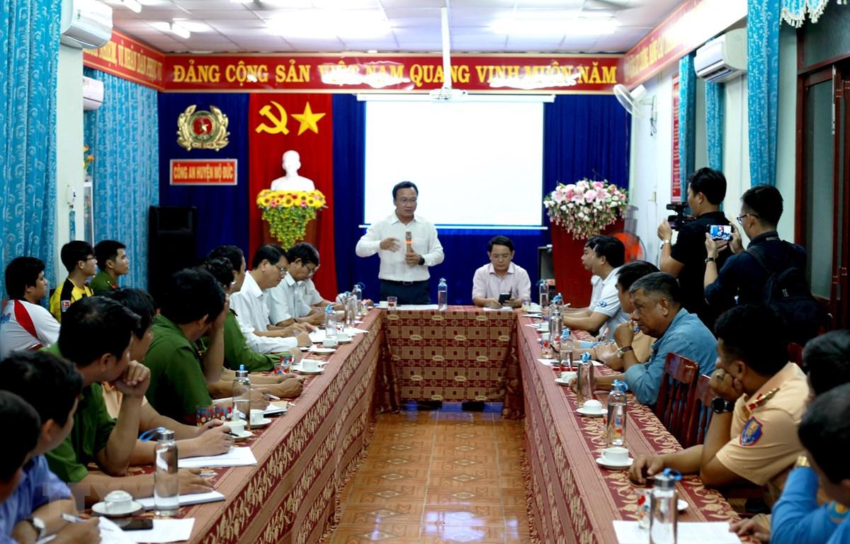 Phó Chủ tịch chuyên trách Ủy ban An toàn giao thông Quốc gia Khuất Việt Hùng chỉ đạo công tác khắc phục hậu quả của vụ tai nạn. (Ảnh: Phước Ngọc/TTXVN)