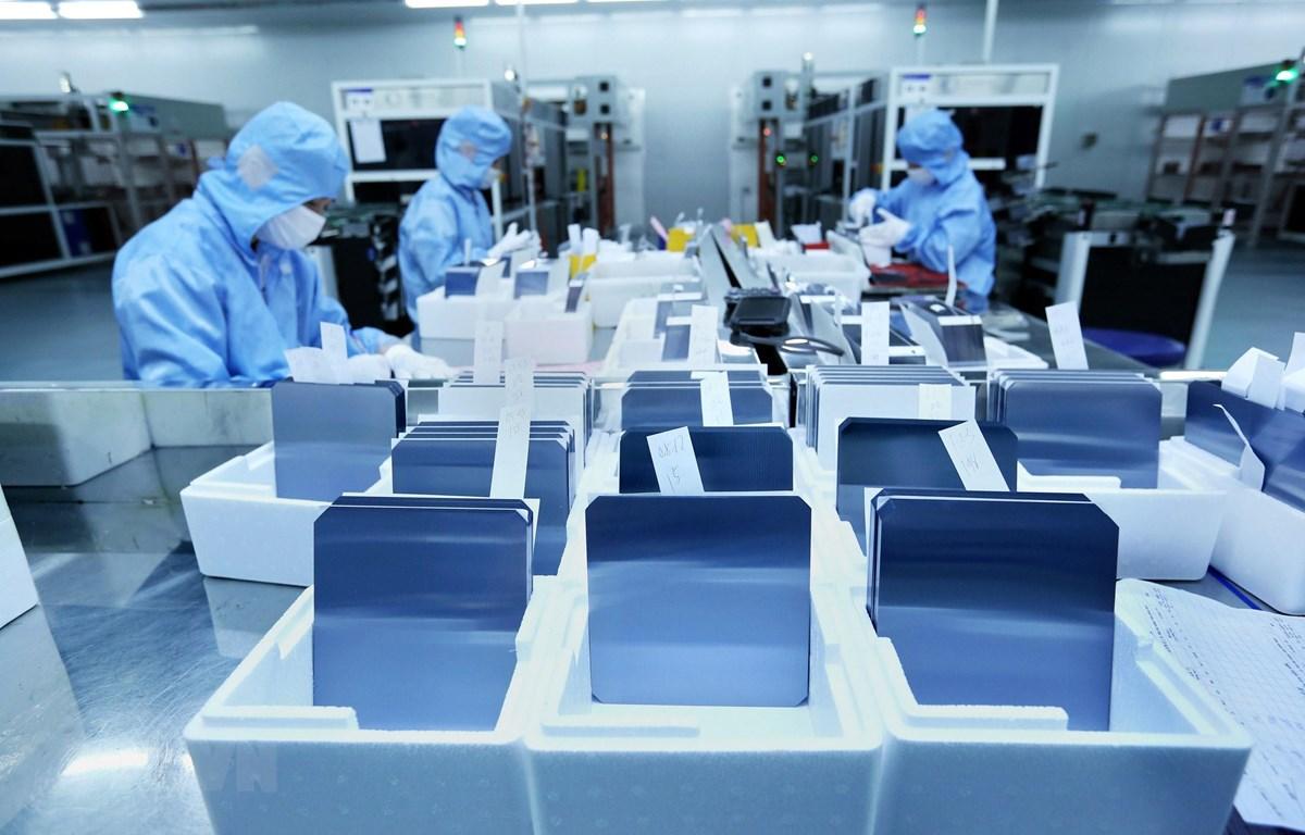 Dây chuyền đóng gói các tấm pin năng lượng mặt trời tại Công ty TNHH JA Solar Việt Nam, vốn đầu tư của Hong Kong (Trung Quốc) tại khu công nghiệp Quang Châu (Bắc Giang). (Ảnh: Danh Lam/TTXVN)