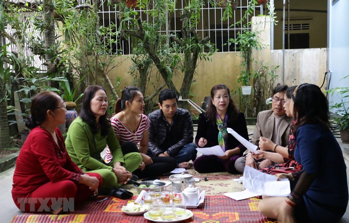 Sinh hoạt câu lạc bộ dân ca ví, giặm phường Vinh Tân, thành phố Vinh, tỉnh Nghệ An. (Ảnh: Bích Huệ/TTXVN)