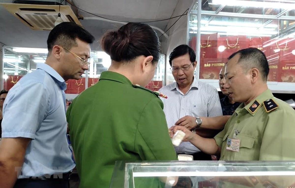 Đoàn kiểm tra liên ngành thành phố Hà Nội kiểm tra an toàn thực phẩm bánh Trung thu tại cơ sở sản xuất bánh Trung thu truyền thống Bảo Phương số 201A Thụy Khuê, quận Tây Hồ. (Ảnh: Tuyết Mai/TTXVN)
