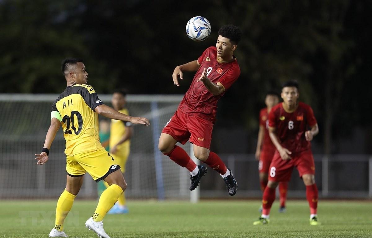 Pha chơi bóng bằng đầu của Tiền đạo Hà Đức Chinh (9) trong trận đấu với U22 Brunei tại vòng bảng môn bóng đá nam SEA Games 2019. Kết quả, tuyển Việt Nam giành chiến thắng 6-0. (Ảnh: Hoàng Linh/TTXVN)