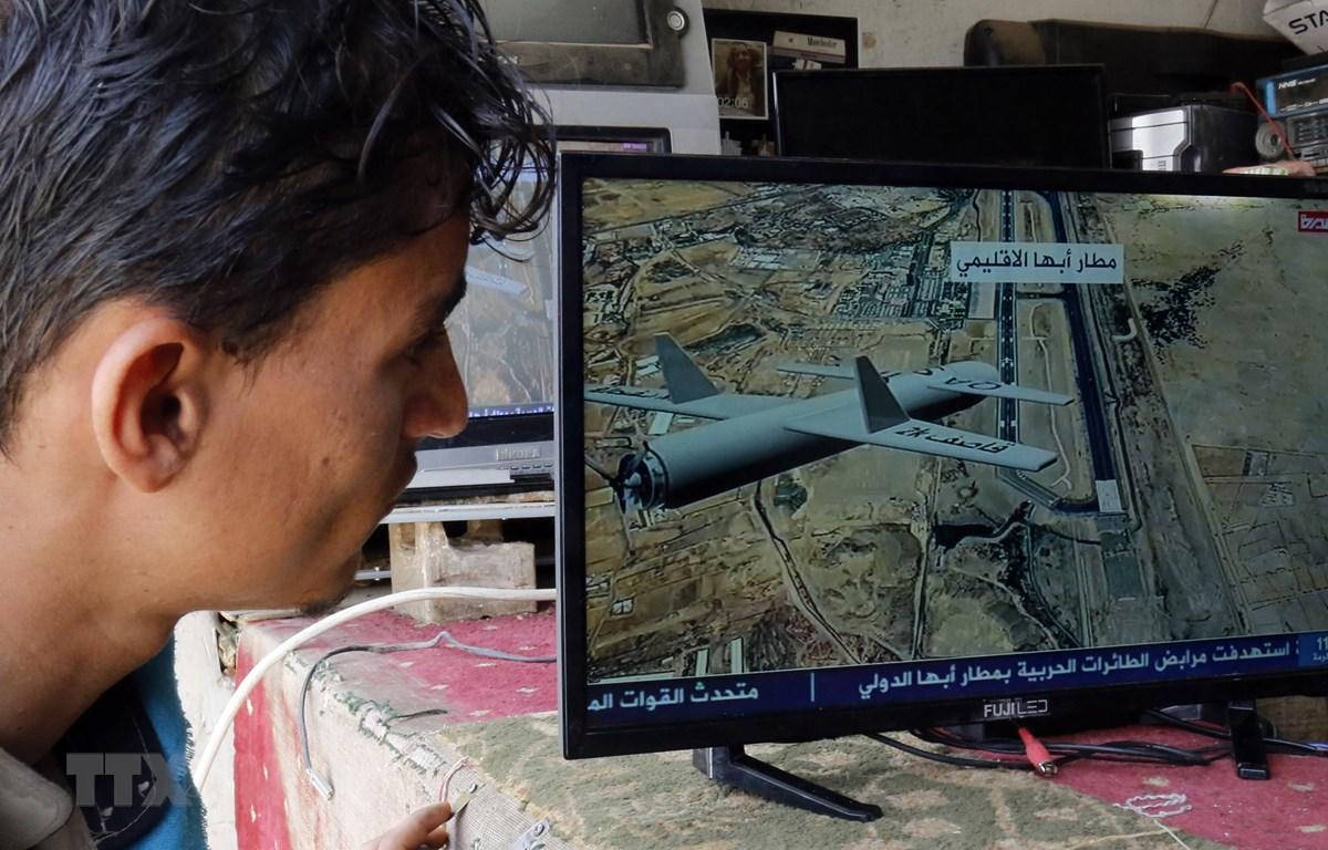 Người dân theo dõi thông tin trên truyền hình tại Sanaa về vụ tấn công của lực lượng Houthi ở Yemen nhằm vào sân bay quốc tế Abha ở tỉnh miền nam Saudi Arabia, ngày 2/7/2019. (Ảnh: THX/TTXVN)