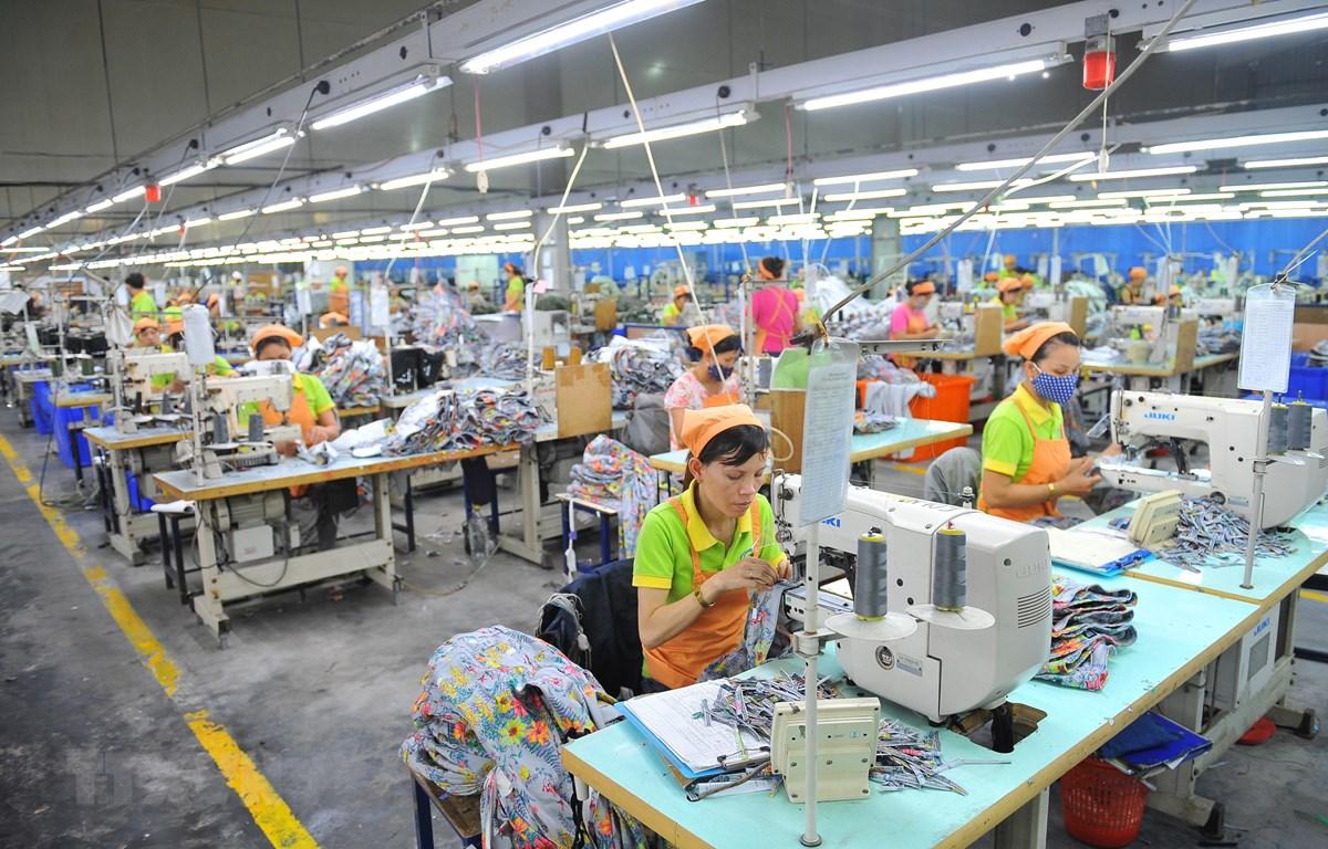 Hoạt động sản xuất sản phẩm may mặc tại Công ty TNHH may Nien Hsing, khu công nghiệp Khánh Phú, xã Khánh Phú, huyện Yên Khánh, tỉnh Ninh Bình. (Ảnh: Minh Đức/TTXVN)