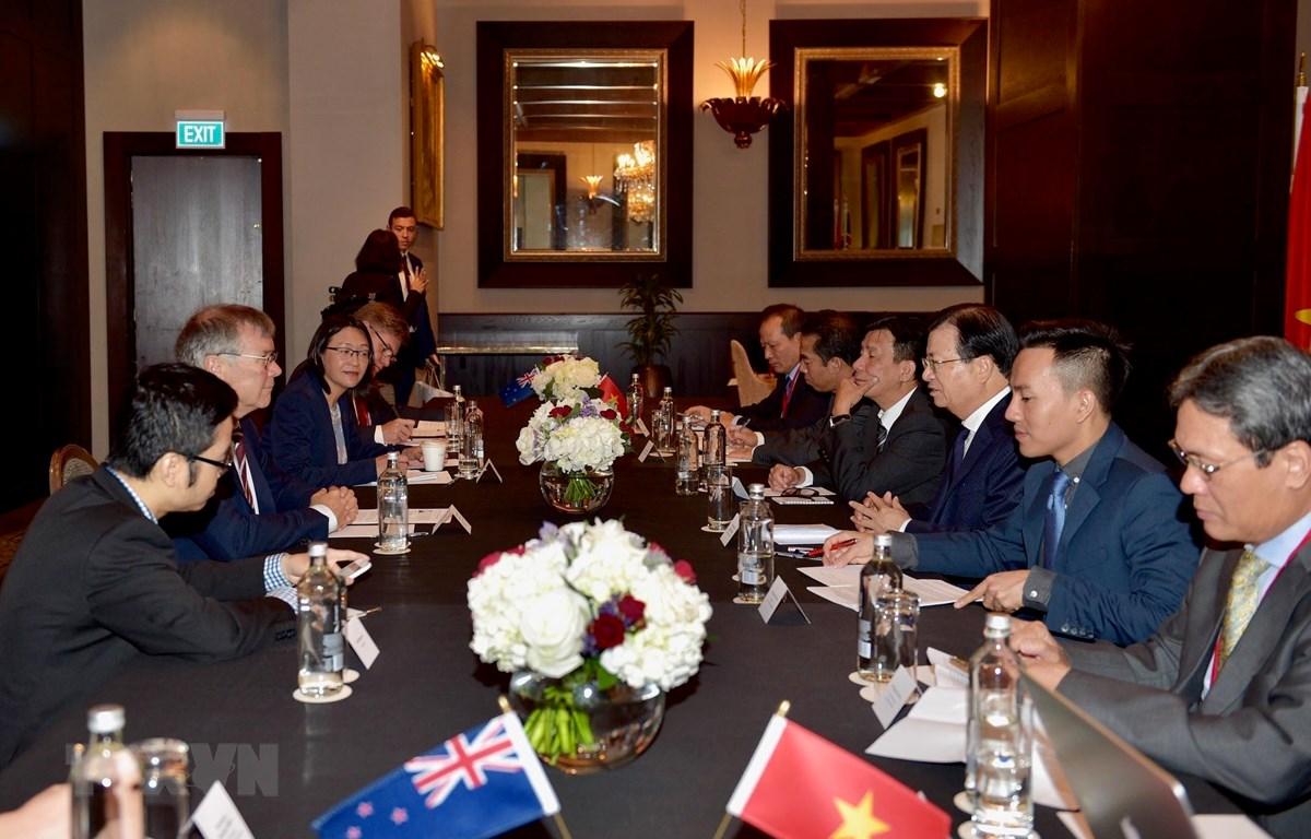 Phó Thủ tướng Trịnh Đình Dũng làm việc với Bộ trưởng Thương mại và Xuất khẩu kiêm Bộ trưởng Môi trường New Zealand David Parker. (Ảnh: Hoàng Linh/TTXVN)