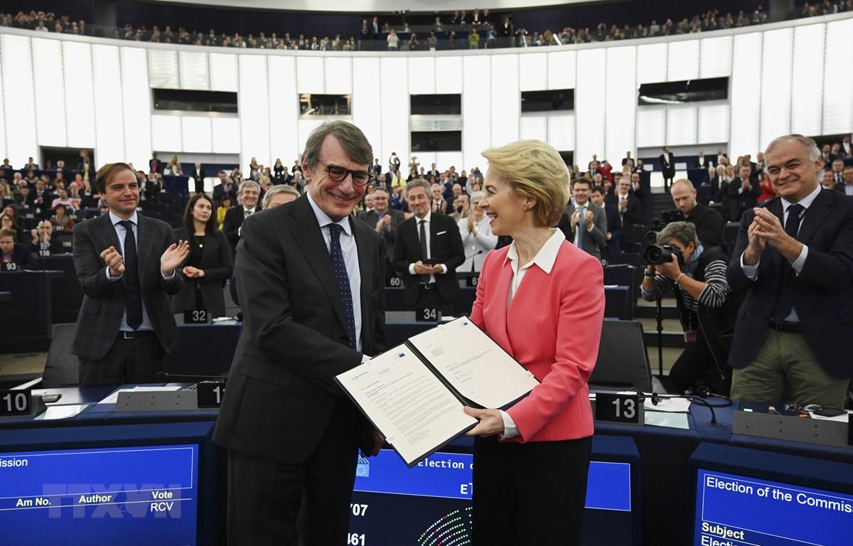 Chủ tịch Nghị viện châu Âu David-Maria Sassoli (trái) và Chủ tịch đắc cử EC Ursula von der Leyen sau phiên bỏ phiếu thông qua nhân sự EC tại Nghị viện châu Âu ở Strasbourg, miền đông nước Pháp, ngày 27-11-2019. Ảnh: AFP/ TTXVN