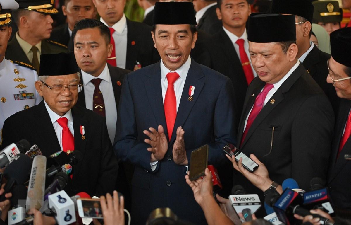 Tổng thống Indonesia Joko Widodo (giữa) phát biểu tại Jakarta, Indonesia, ngày 20/10/2019. (Ảnh: AFP/TTXVN)