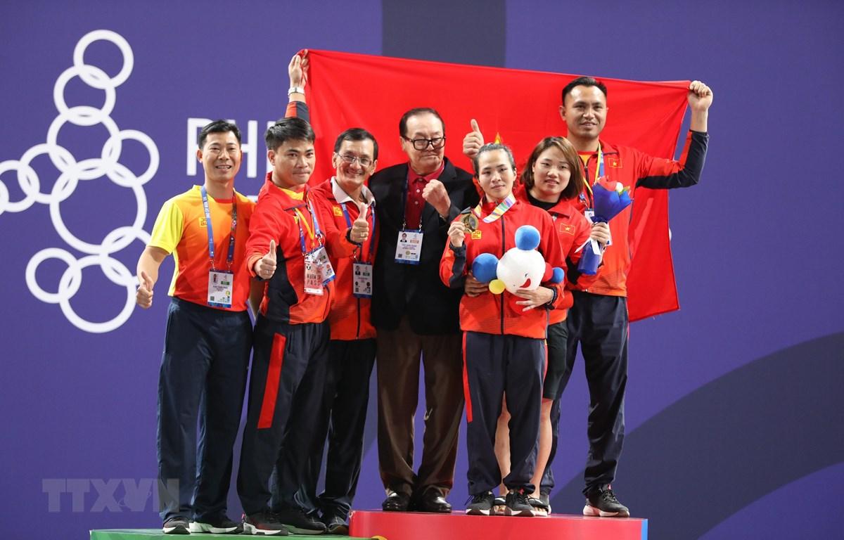 Vương Thị Huyền và đồng đội ăn mừng chiến thắng. (Ảnh Hoàng Linh/TTXVN)