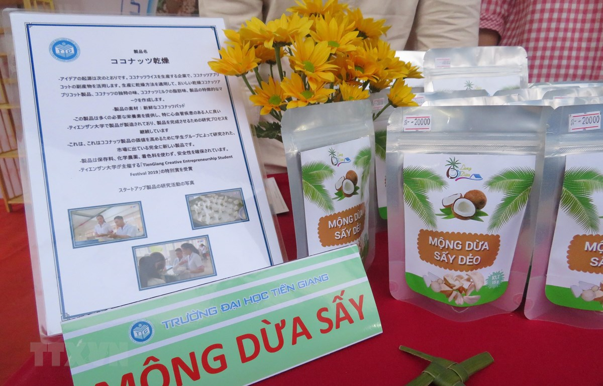 """Sản phẩm """"Mộng dừa sấy dẻo"""" độc nhất vô nhị giúp đa dạng hóa sản phẩm chủ lực của Bến Tre, gia tăng thu nhập trong chuỗi cung ứng thành phẩm từ dừa. (Ảnh: Ánh Tuyết/TTXVN)"""