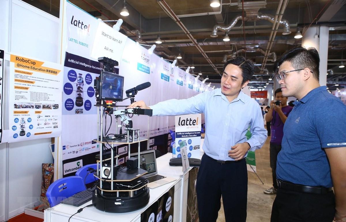 Khách tham quan triển lãm các sản phẩm công nghệ tại Techfest 2019. (Ảnh: Minh Quyết/TTXVN)