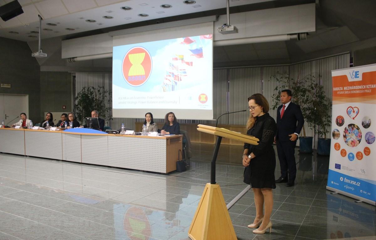 Tiến sỹ Zuzana Stuchilokova, Giám đốc Trung tâm nghiên cứu châu Á, Đại học Kinh tế Praha - Trưởng ban tổ chức phát biểu khai mạc. (Ảnh: Trần Hiếu/Vietnam+)