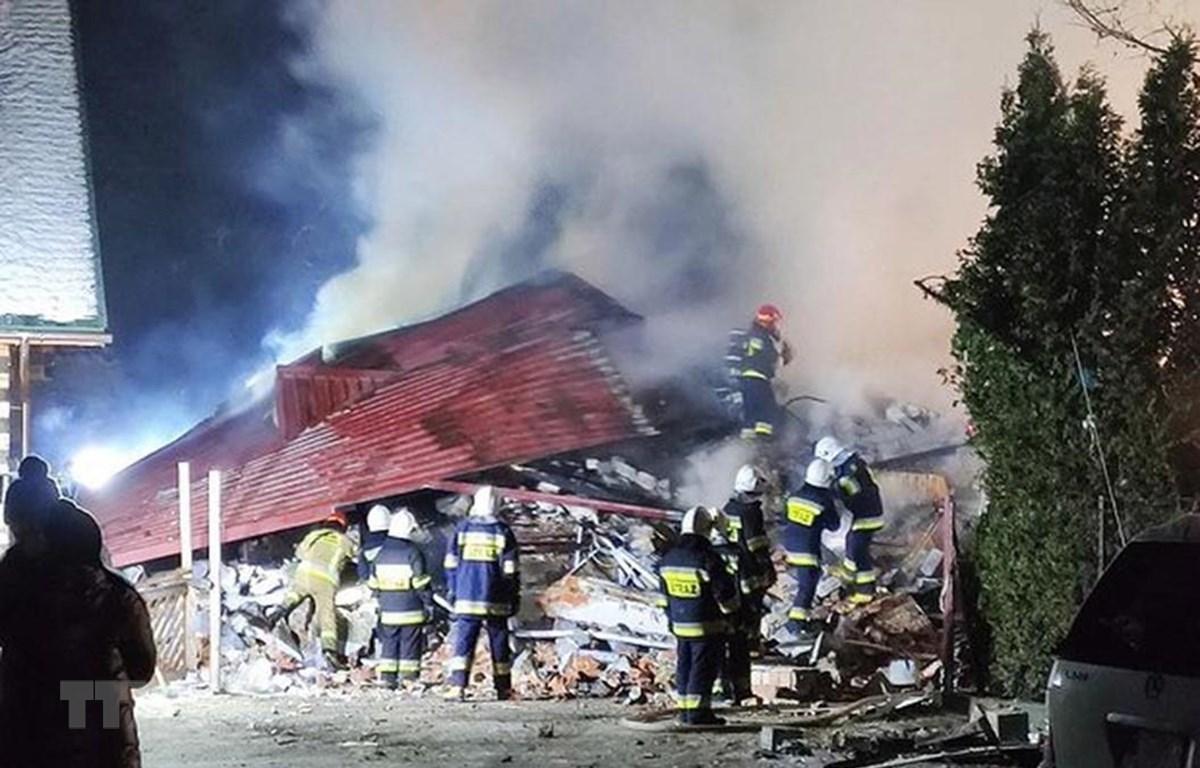 Lính cứu hỏa làm nhiệm vụ tại hiện trường vụ sập tòa nhà 3 tầng do nổ ga ở khu nghỉ dưỡng trượt tuyết Szczyrk, miền Nam Ba Lan ngày 4/12/2019. (Ảnh: Reuters/TTXVN)