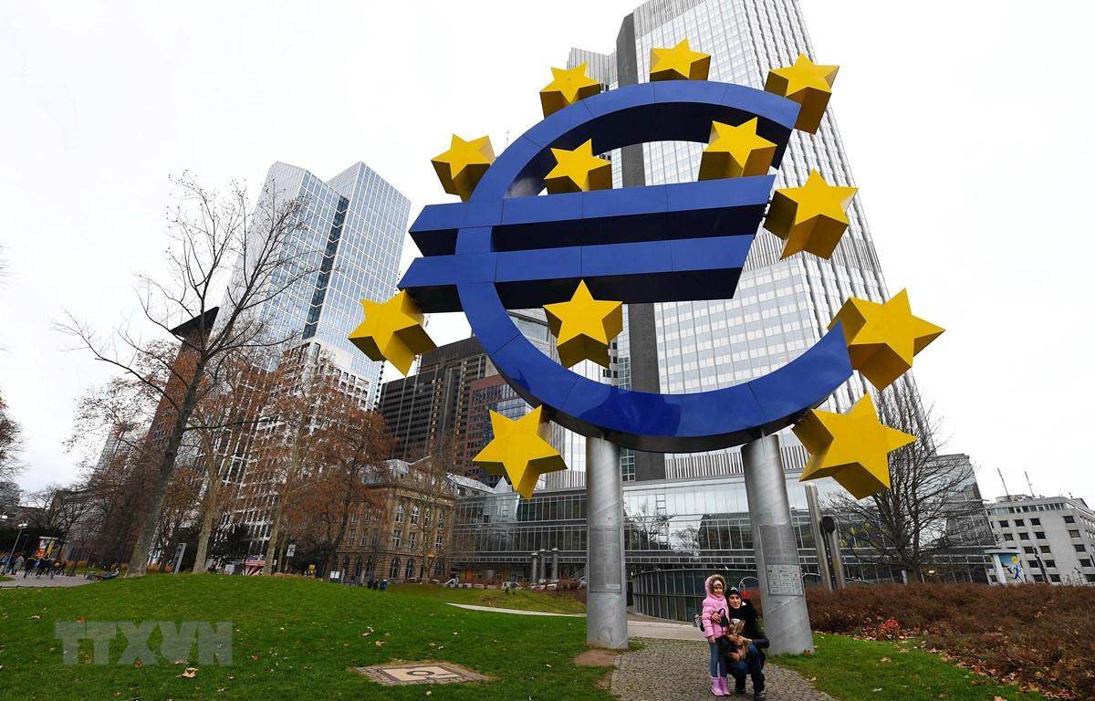 Biểu tượng đồng euro tại Frankfurt, Đức. (Ảnh: THX/TTXVN)