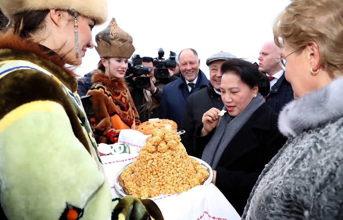 Thiếu nữ Tatarstan (Nga) chào đón Chủ tịch Quốc hội Nguyễn Thị Kim Ngân bằng ẩm thực truyền thống của địa phương. (Ảnh: Trọng Đức/TTXVN)