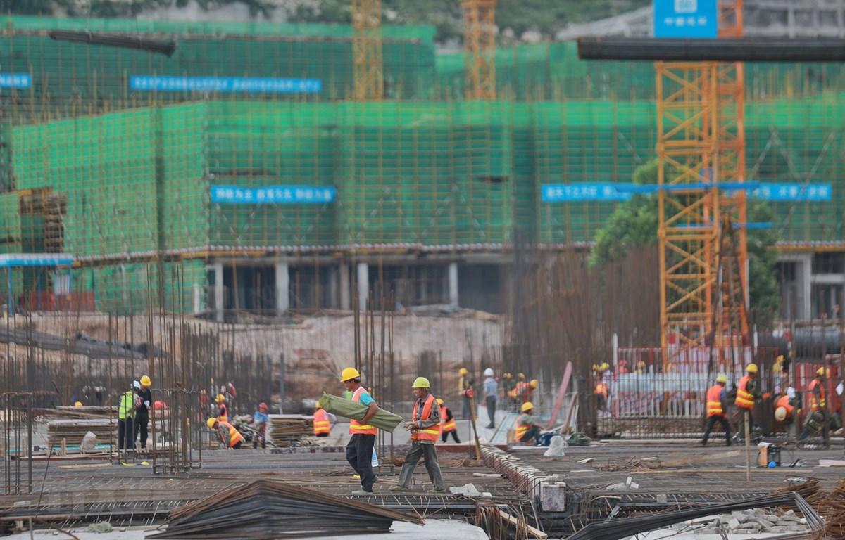 Công nhân làm việc tại một công trường xây dựng ở tỉnh Quý Châu, Trung Quốc. (Ảnh: THX/TTXVN)