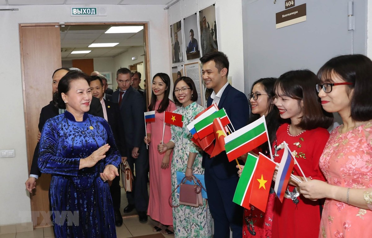 Đại diện người Việt Nam tại thành phố Kazan đón Chủ tịch Quốc hội Nguyễn Thị Kim Ngân. (Ảnh: Trọng Đức/TTXVN)