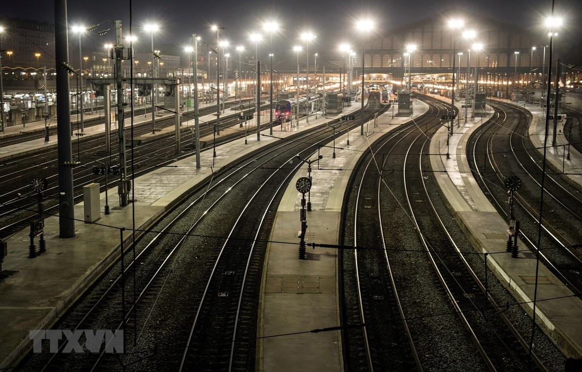 Các chuyến tàu bị hủy tại ga Gare du Nord ở Paris, Pháp ngày 5/12/2019. (Ảnh: AFP/TTXVN)