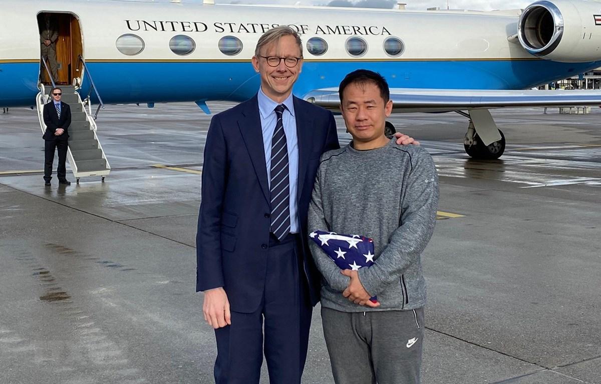Đại diện đặc biệt của Bộ Ngoại giao Mỹ về Iran Brian Hook (trái) đón nhà nghiên cứu người Mỹ gốc Hoa Xiyue Wang vừa được Iran trả tự do, tại Thụy Sĩ ngày 7/12/2019. (Ảnh: AFP/TTXVN)