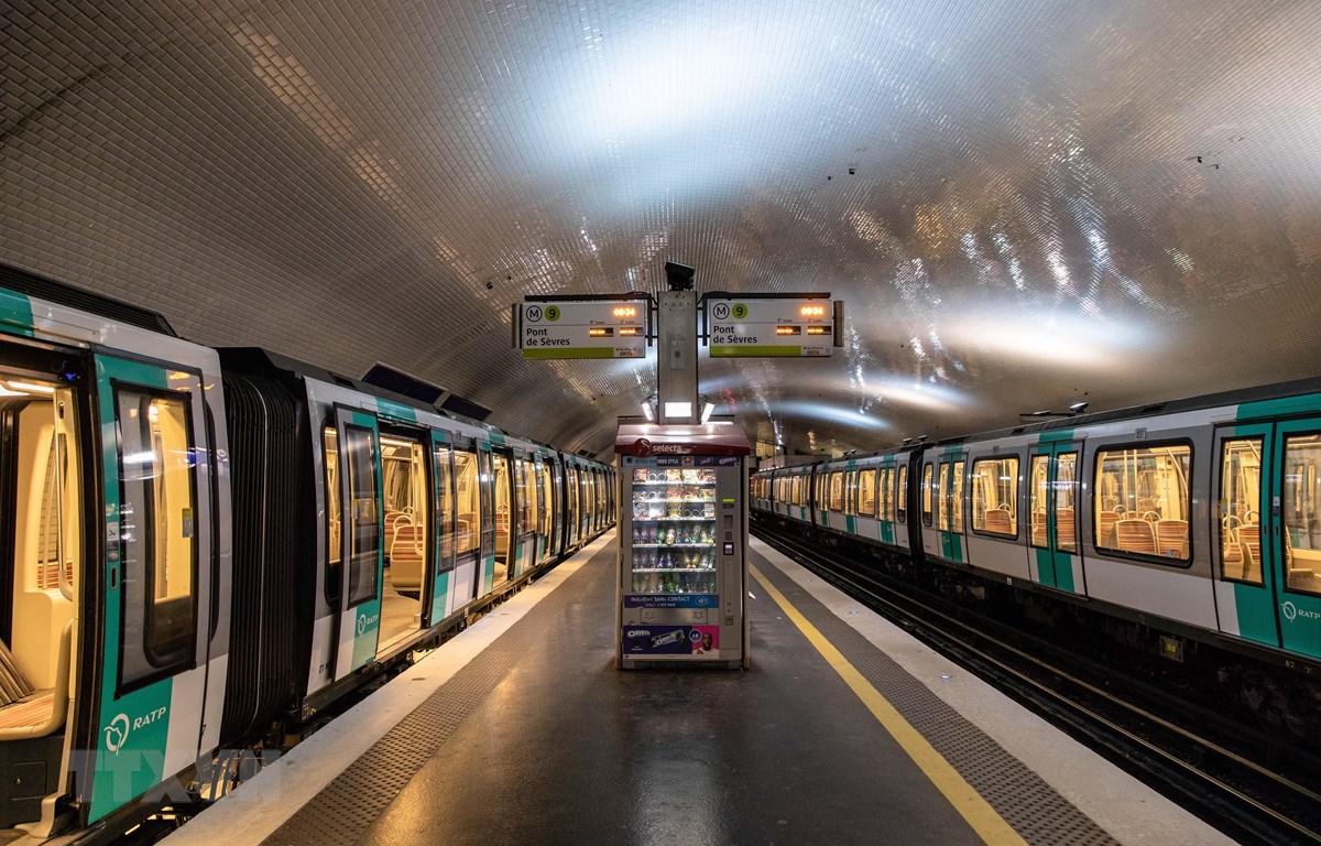 Cảnh vắng vẻ tại nhà ga tàu điện ngầm trong giờ cao điểm tại Paris, Pháp, khi diễn ra cuộc tổng đình công trong ngành giao thông công cộng ngày 5/12/2019. (Ảnh: THX/ TTXVN)