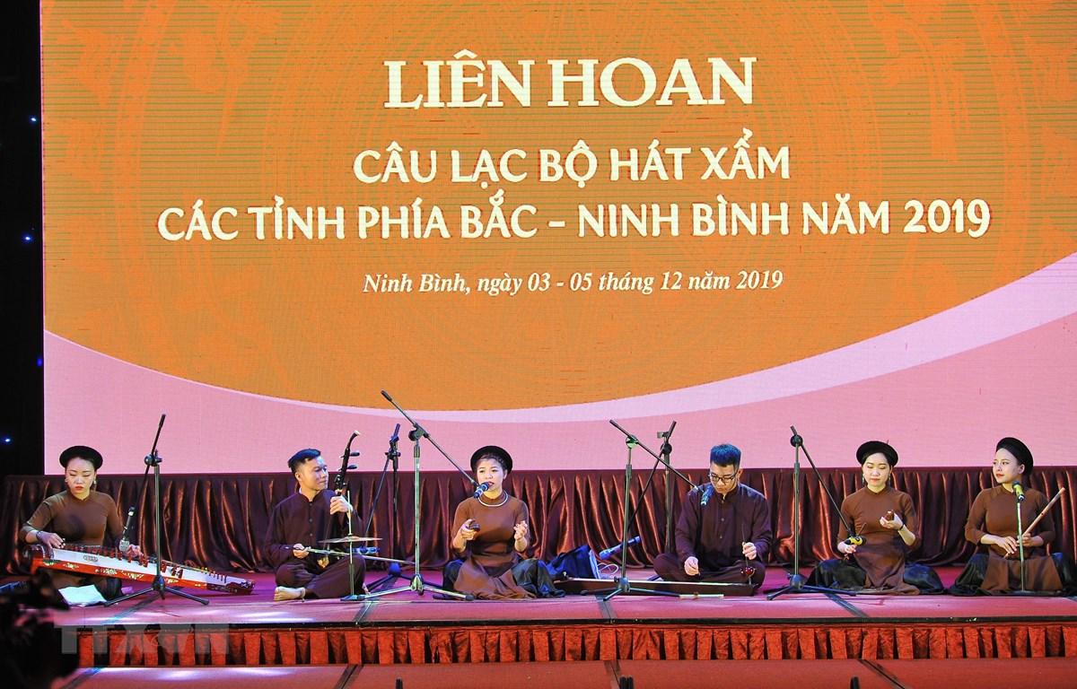 """Tiết mục """"Giăng sáng vườn chè"""" do các nghệ sỹ Trung tâm Âm nhạc truyền thống Thăng Long, Hà Nội biểu diễn tại Liên hoan câu lạc bộ hát Xẩm các tỉnh khu vực phía Bắc. (Ảnh: Minh Đức/TTXVN)"""