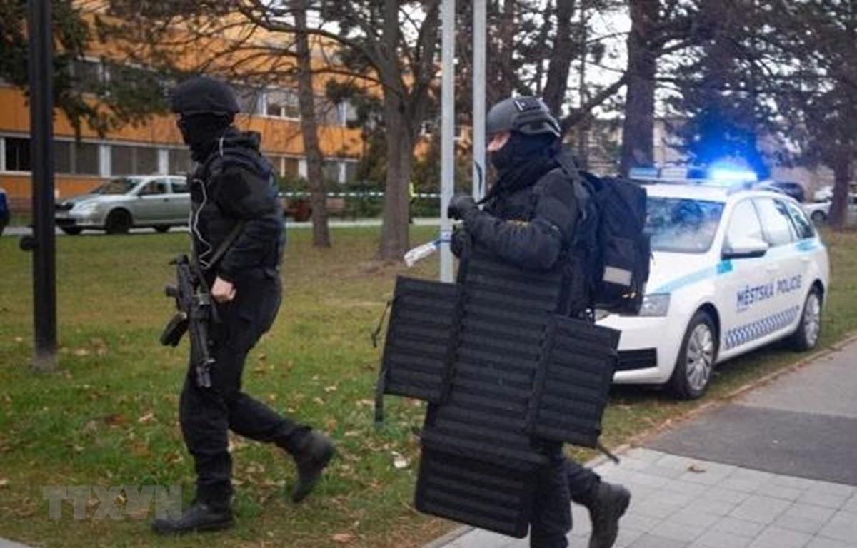Cảnh sát được triển khai truy bắt thủ phạm vụ xả súng tại bệnh viện ở Ostrava, CH Séc ngày 10/12/2019. (Ảnh: EPA/TTXVN)