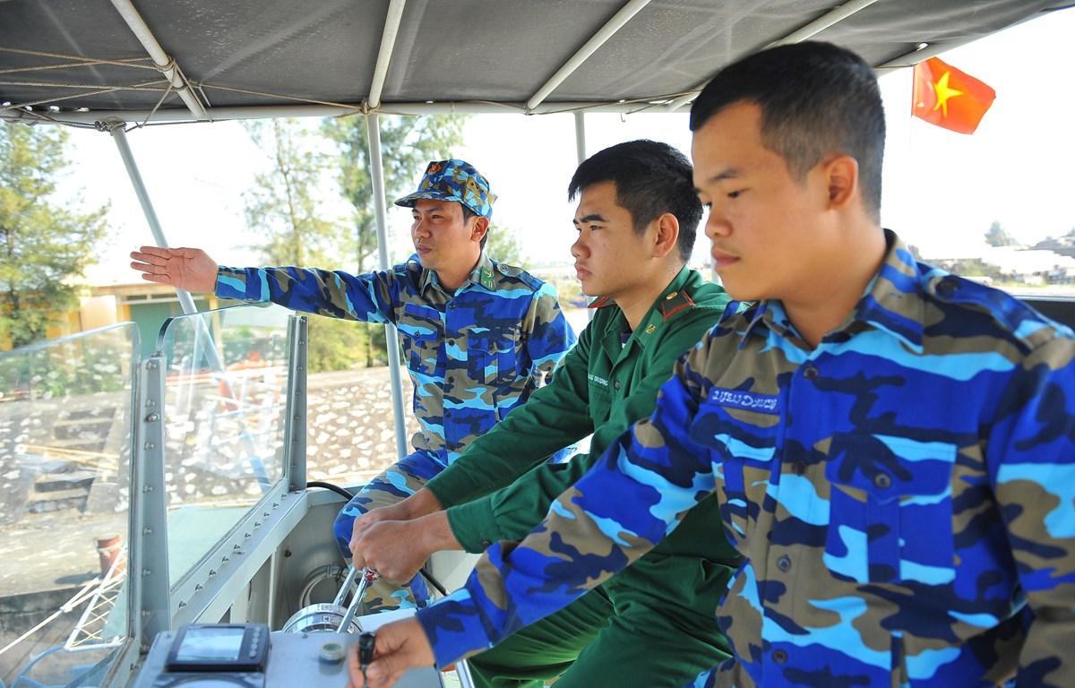 Chiến sỹ Biên phòng Ninh Bình làm tốt công tác bảo vệ biên giới biển và cứu nạn cứu hộ. (Ảnh: Minh Đức/TTXVN)