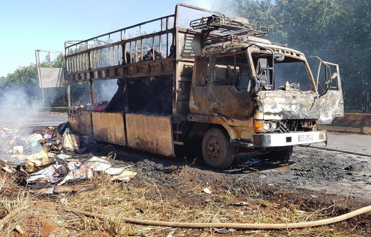Chiếc xe tải và toàn bộ hàng hóa bị lửa thiêu rụi hoàn toàn. (Ảnh: Đậu Tất Thành/TTXVN)